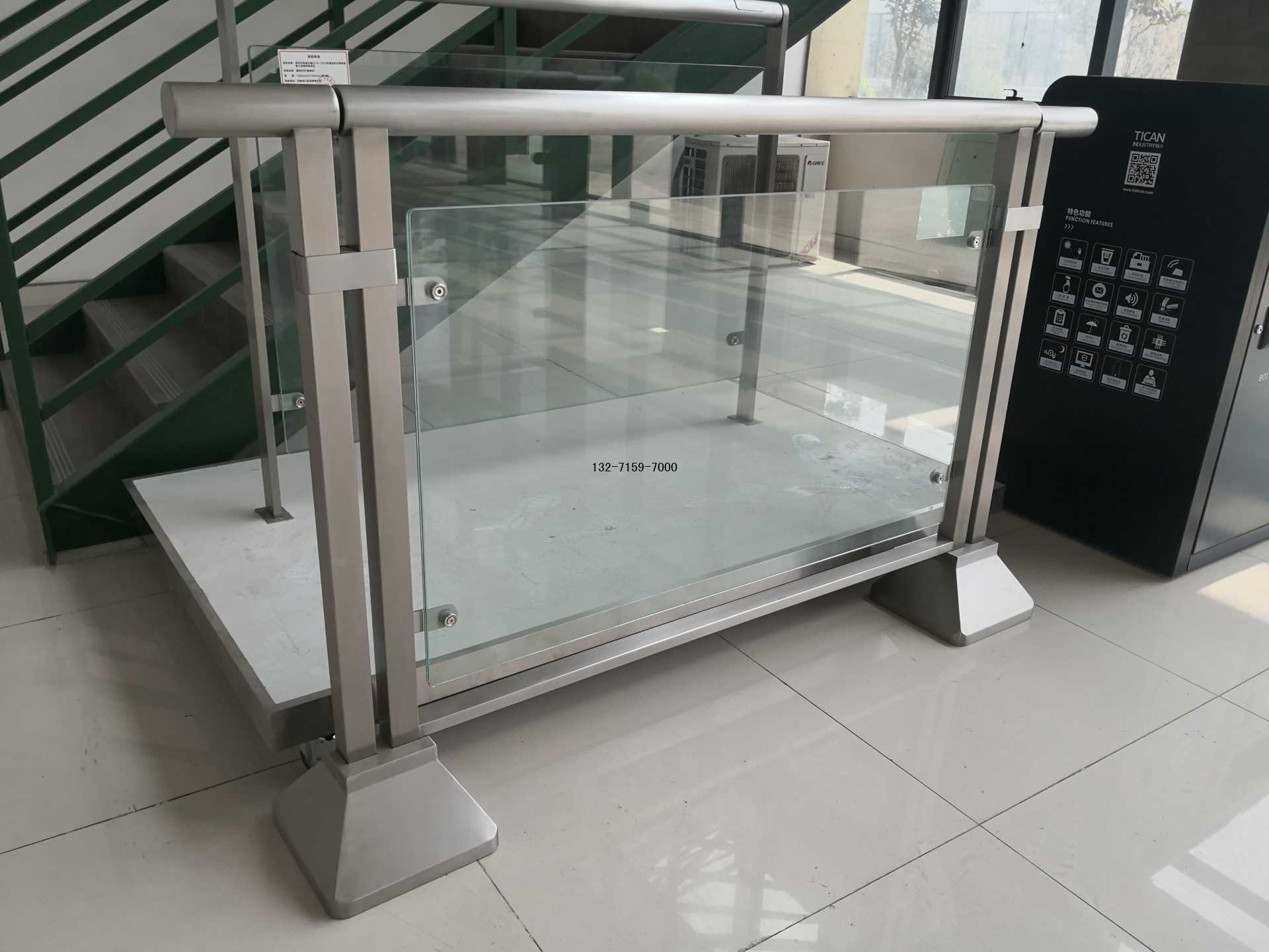 郑州地铁站玻璃护栏图片