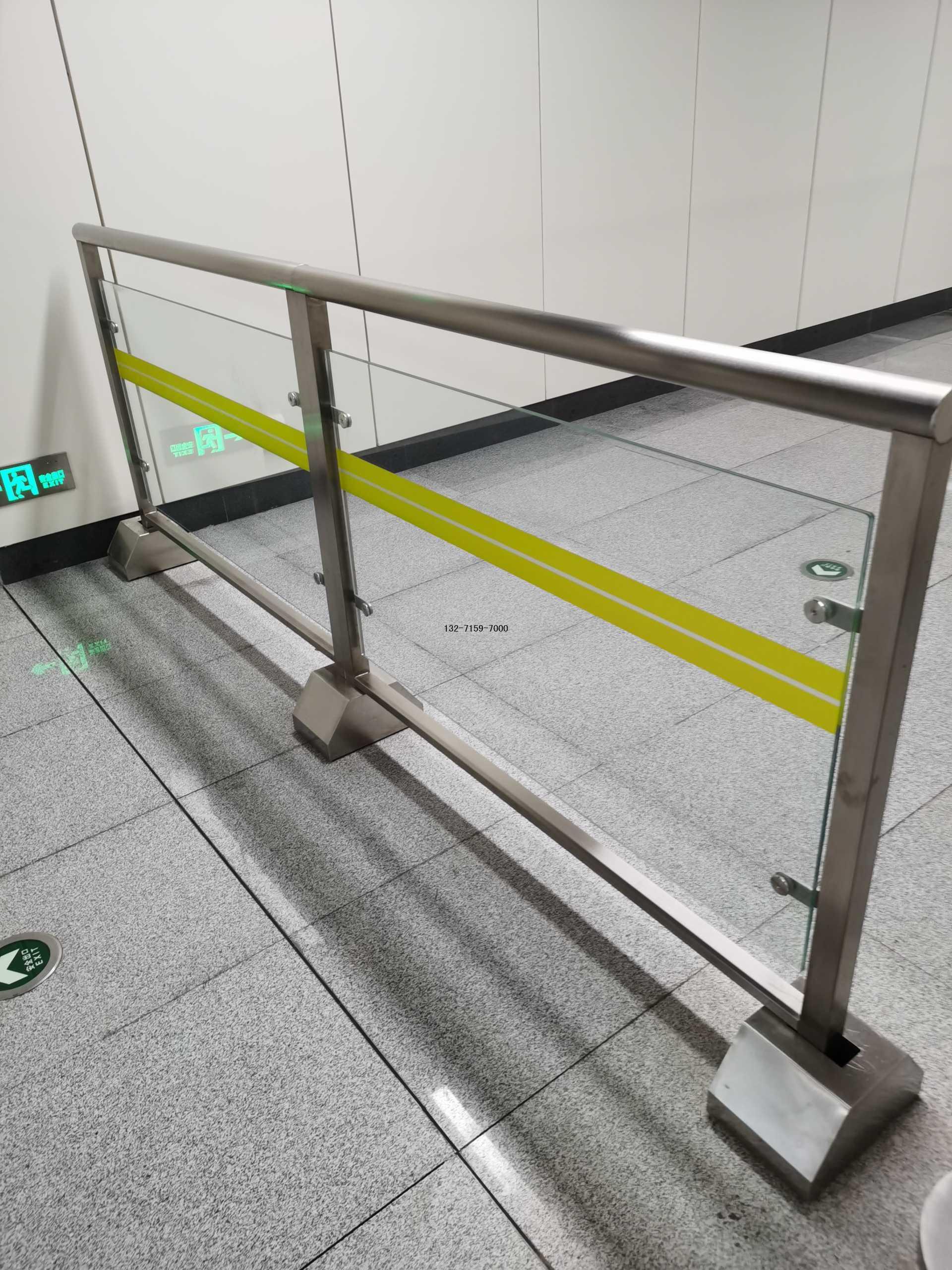 车站玻璃护栏