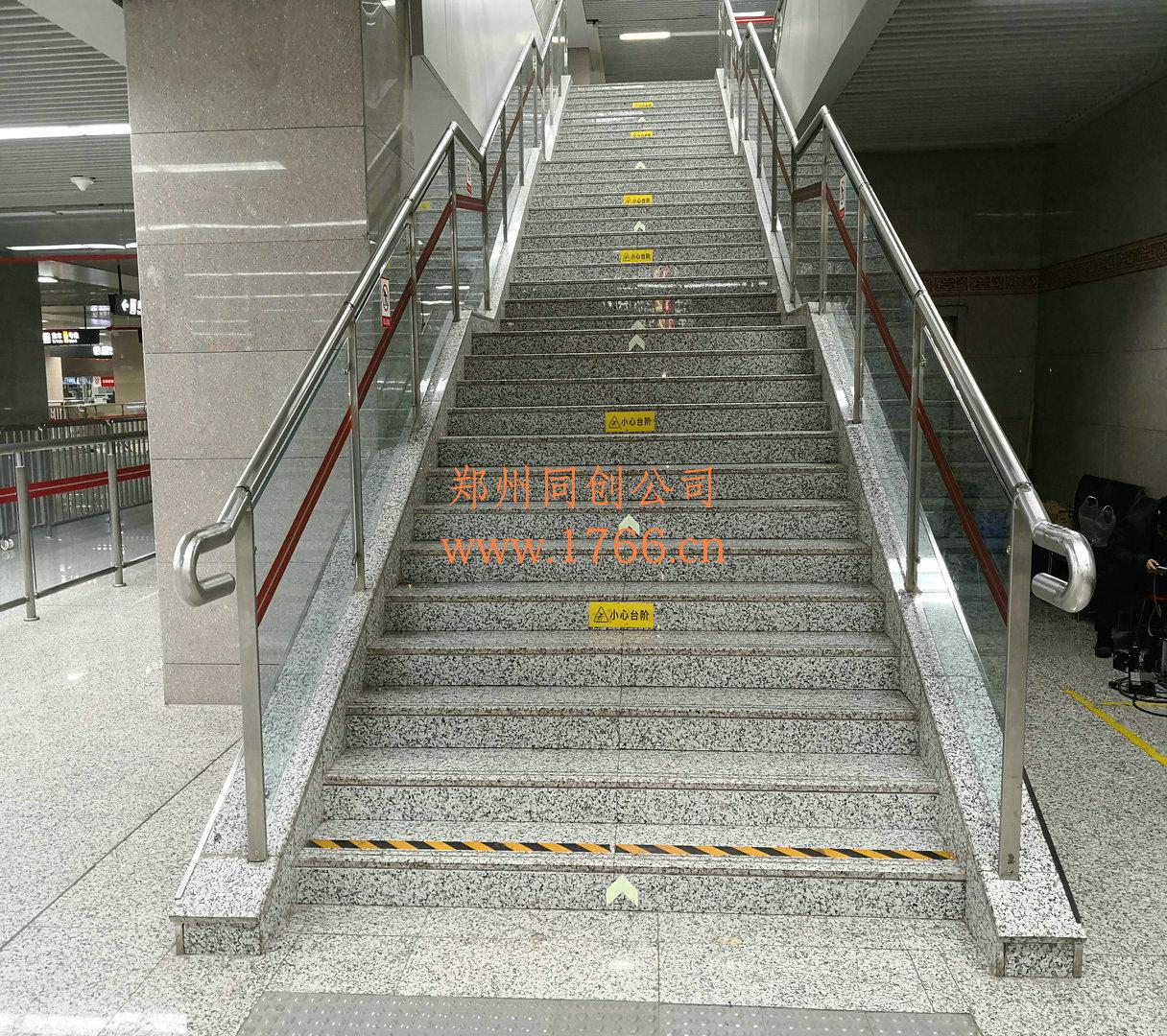 地铁站栏杆